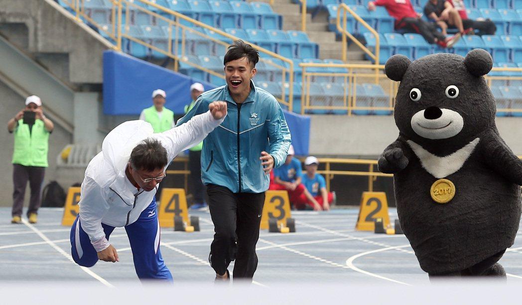 台北市長柯文哲(前左)昨天視察世大運整建結果,測試跑道時不慎跌倒。 記者曾吉松/...