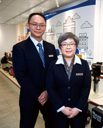 大井泵浦總經理黃錦雲(右)