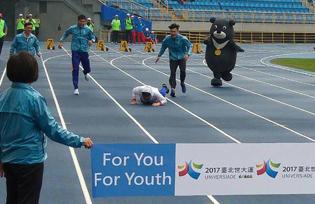 台北市長柯文哲今早10點半到台北田徑場視察整建結果,與世大運選手、熊讚及市府官員...