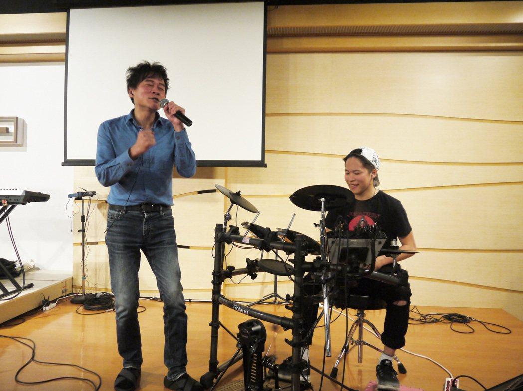 洪榮宏與兒子在演唱會上合作。圖/寬宏提供