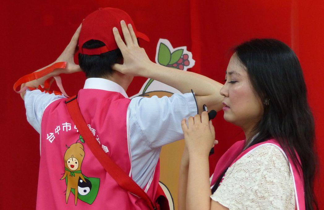 中醫師蔡蕙君(右)說明,可按壓風池穴預防。記者趙容萱/攝影