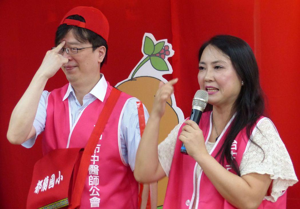 中醫師蔡蕙君(右)說明,可按壓印堂穴預防。記者趙容萱/攝影