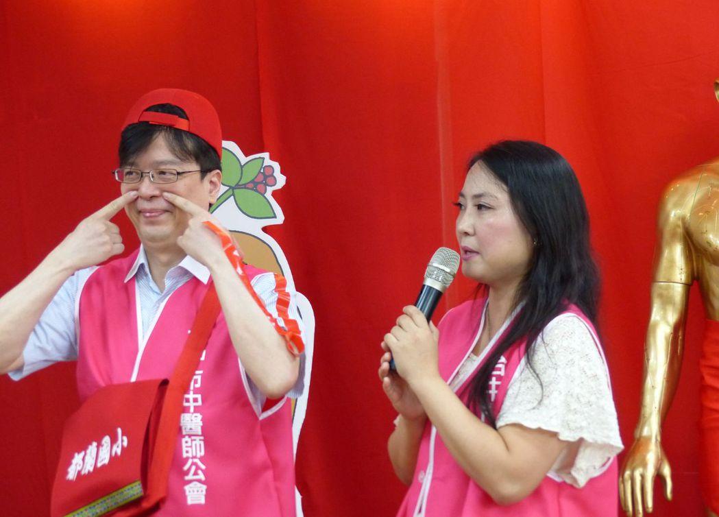 中醫師蔡蕙君(右)說明,可按壓迎香穴預防。記者趙容萱/攝影
