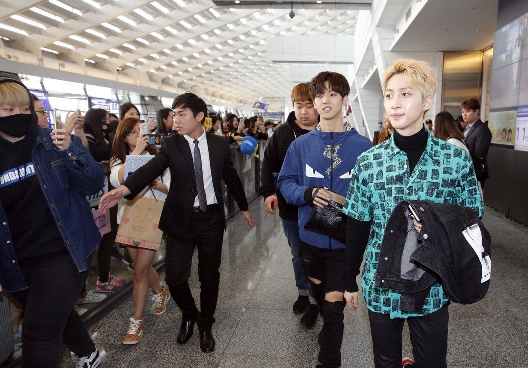 去年底出道的韓國男團「PENTAGON」下午首度來台,十位團員搭機CI-161班...