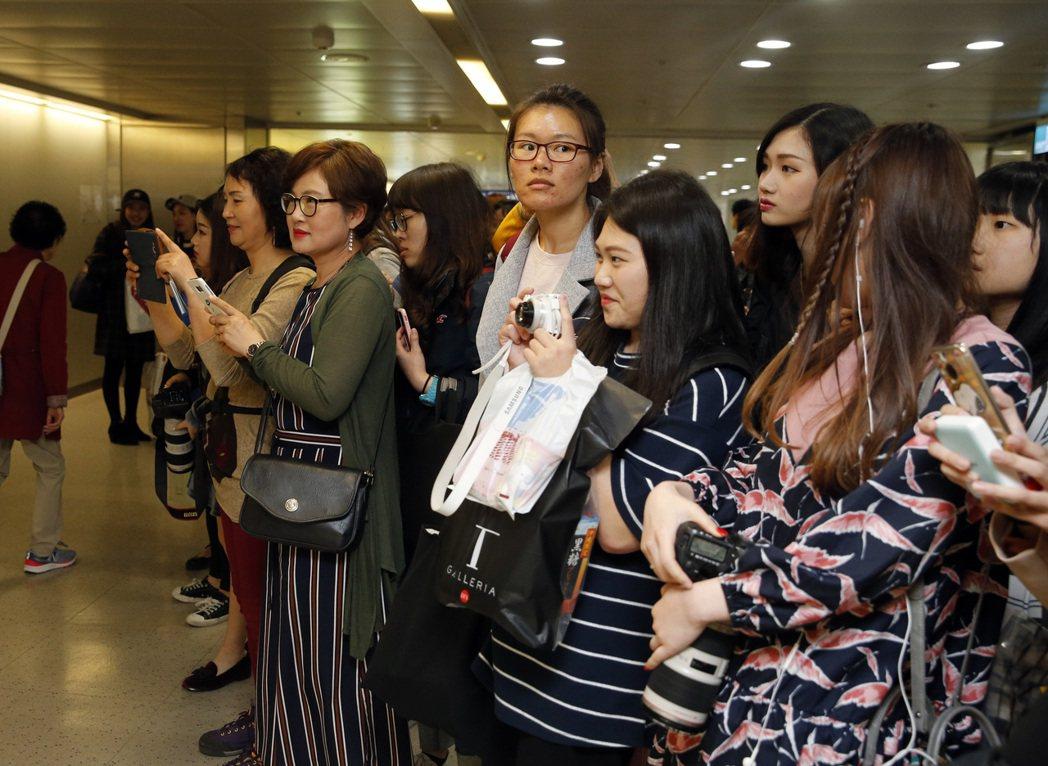 去年底出道的韓國男團「PENTAGON」下午首度來台,不少粉絲跟他們搭乘同一班機...
