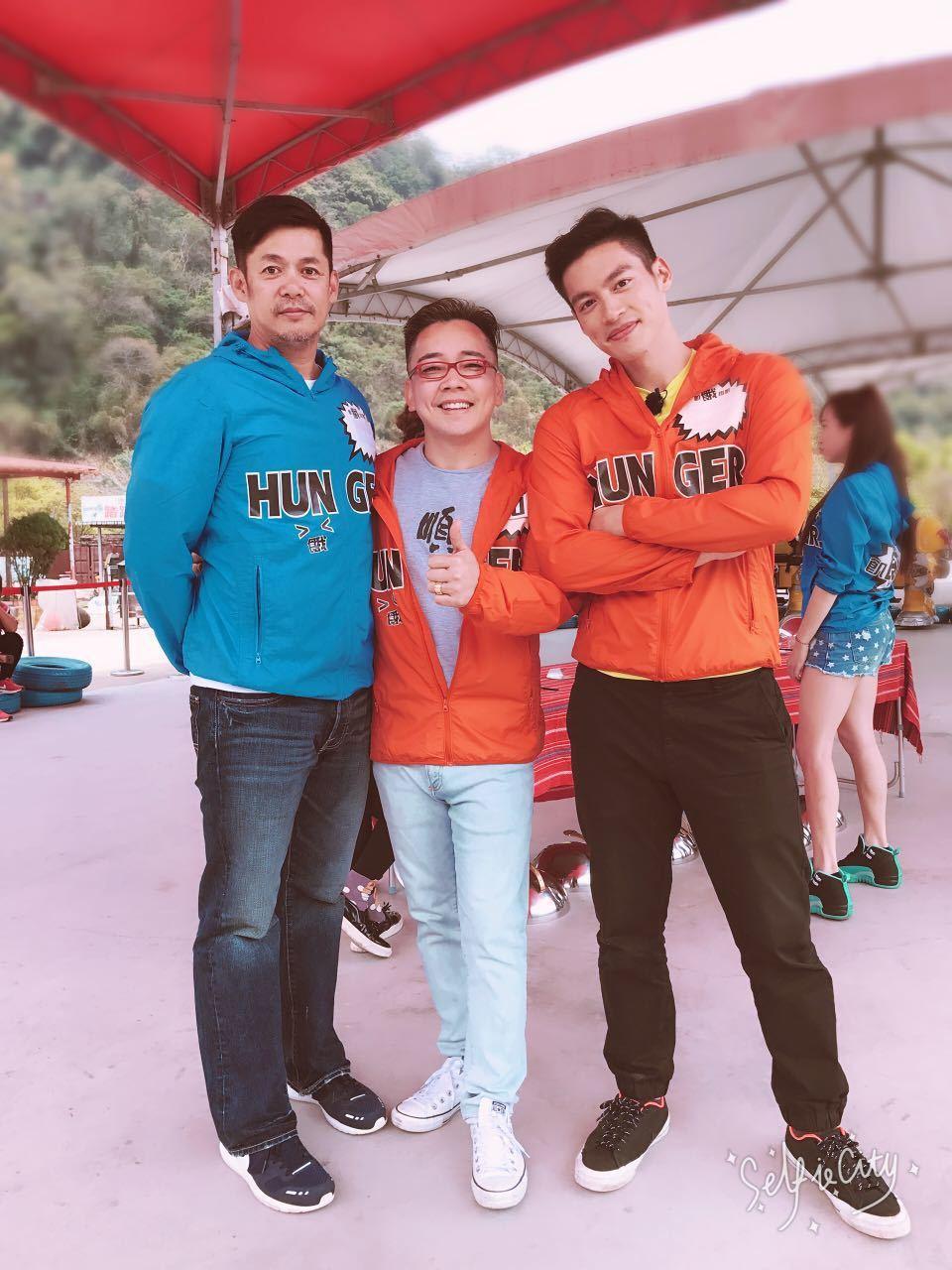 詹惟中(中)錄影巧遇汪建民(左)跟許孟哲,兩人都在熱戀時被他預言分手料中,不過汪