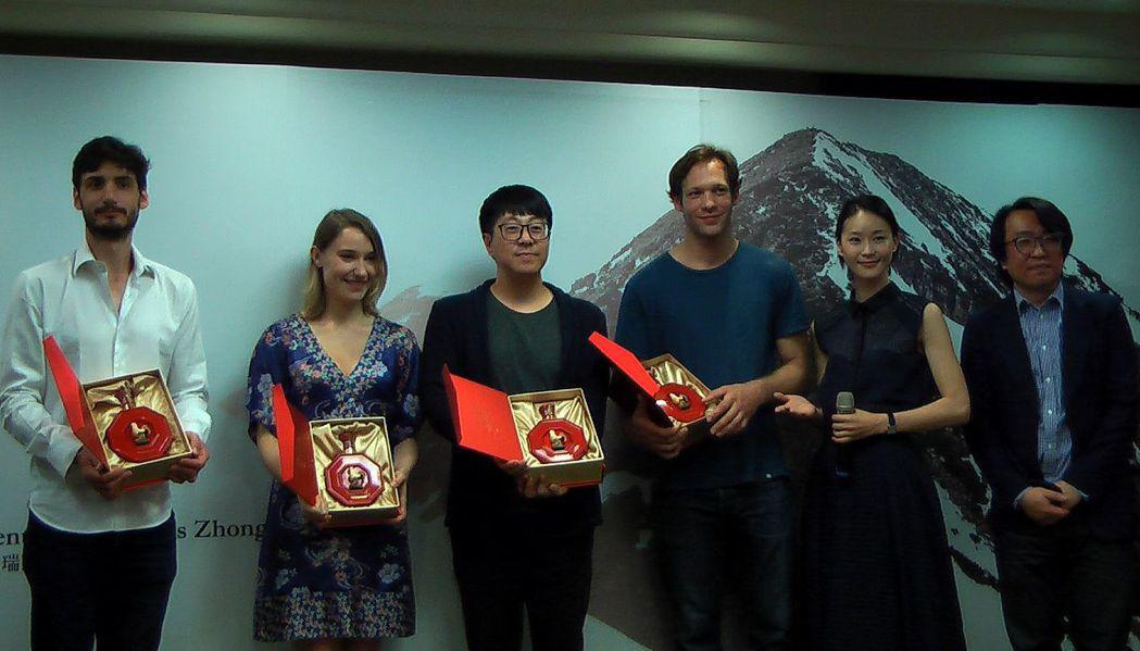 演員鍾鍾&#29814(右二)送給外籍友人們「高粱」,提醒大家這酒的後勁可是很強