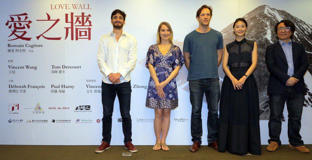 台法合製電影「愛之牆」昨天在高雄舉行開拍記者會,法國新銳導演羅曼.柯杰特(左起)...
