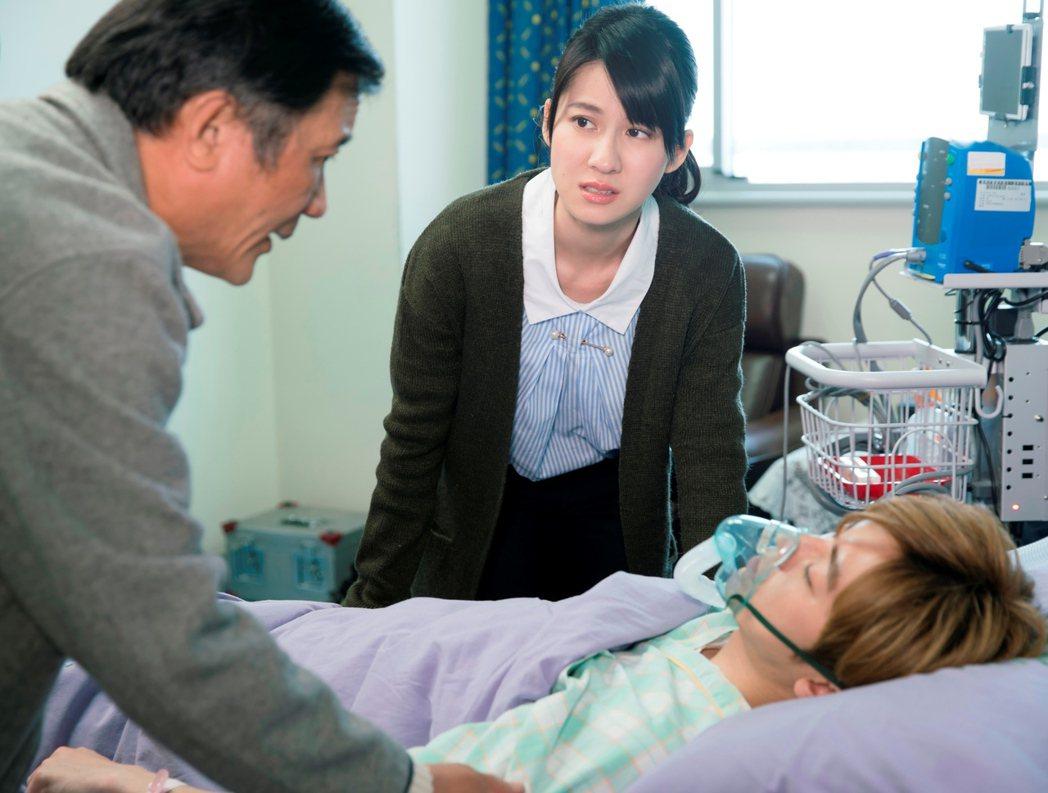 李國毅在「如朕親臨」躺病床戲,連俞涵一臉憂心。圖/東森提供