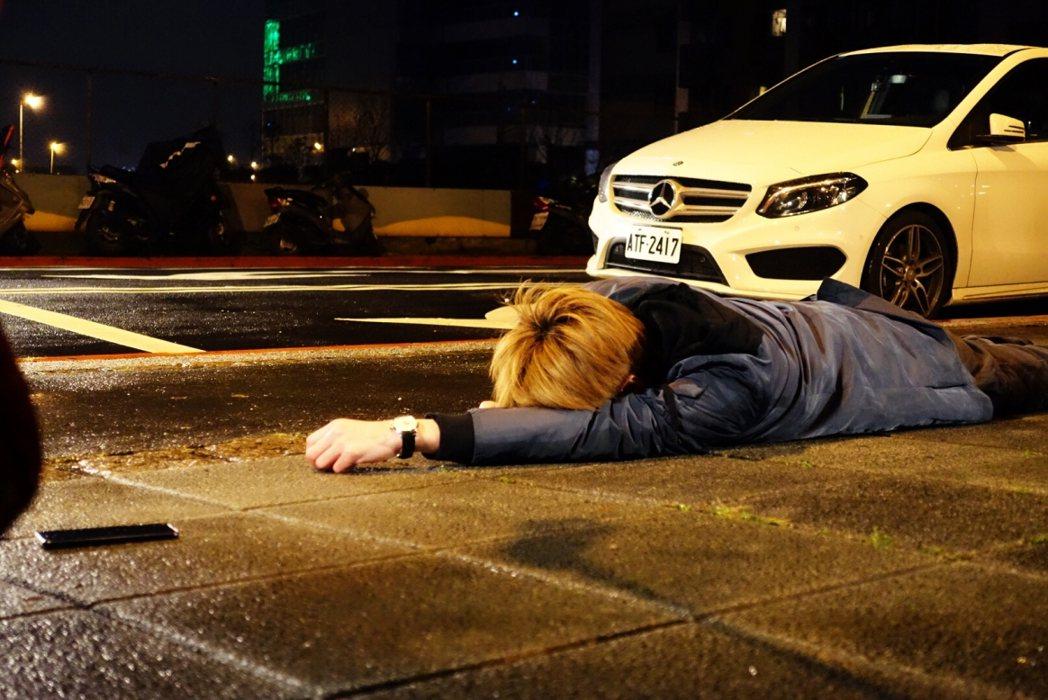 李國毅演出「如朕親臨」暈倒在路邊畫面。圖/東森提供