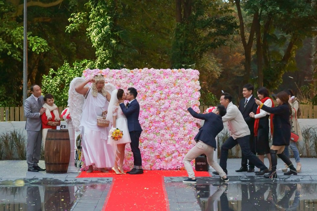 黃遠(右起)、林予晞戲中辦婚禮熱吻,哈孝遠在旁看得很開心。圖/TVBS提供