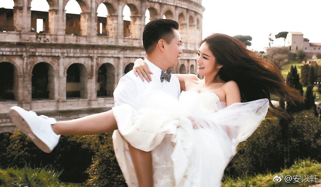 安以軒(右)與老公陳榮煉的婚紗照,浪漫唯美。 圖/摘自安以軒微博