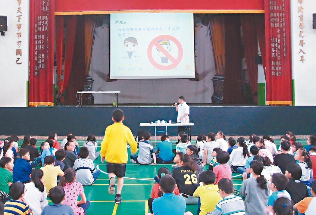 台中市推動「一校一藥師」,讓社區藥師認養學校,協助宣導反毒、正確用藥知識。 圖/...