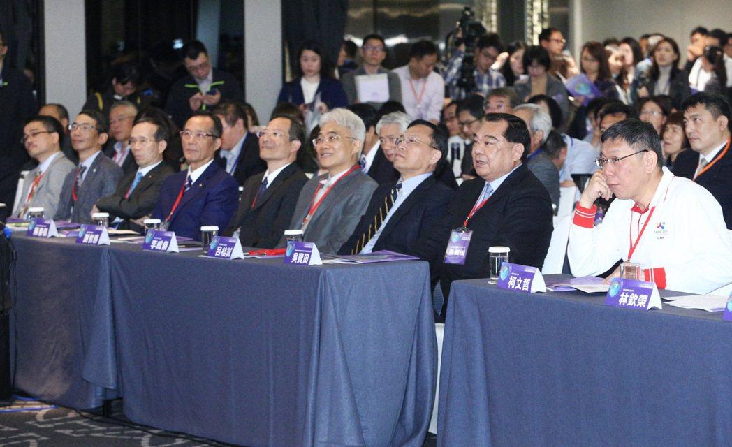 台北市長柯文哲(右)昨天出席「居住正義論壇Ⅲ」,感謝各界對都更提供的意見。 記者...