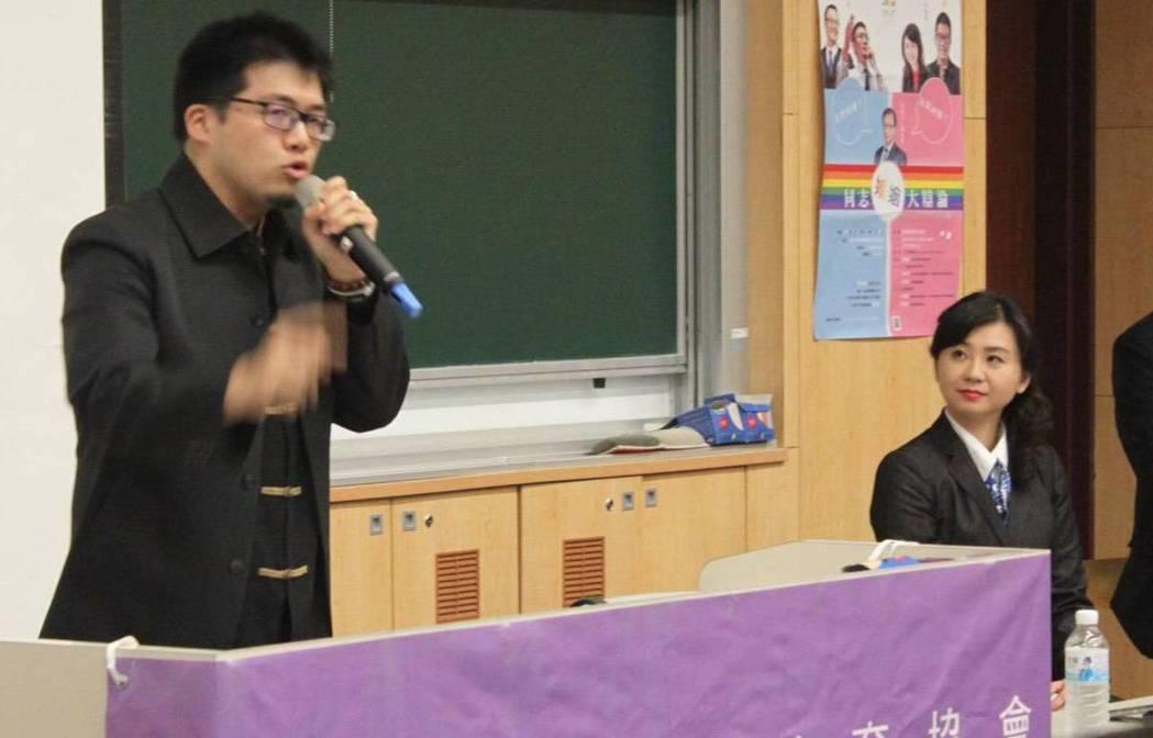 台灣思辯教育協會理事長李怡萱(右),與學辯教育團隊專任導師游軒豪(左),這次擔任...