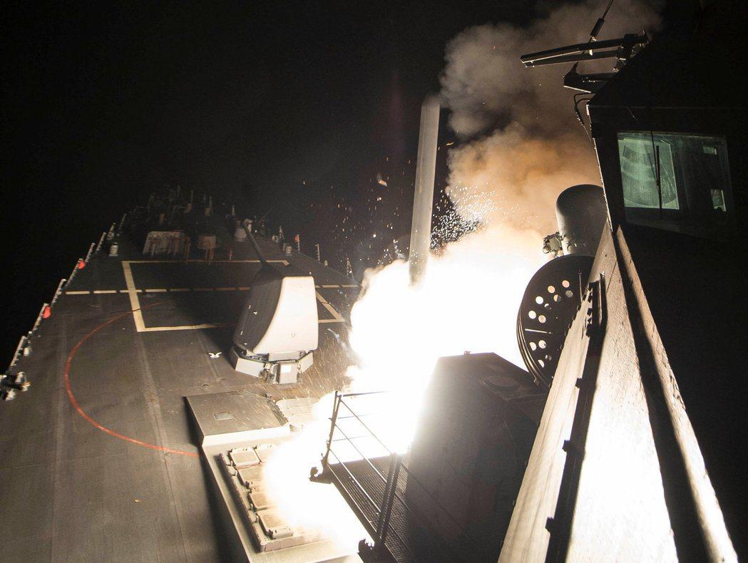 在地中海巡弋的美國海軍「羅斯號」驅逐艦,發射「戰斧」飛彈攻擊敘利亞目標。 路透
