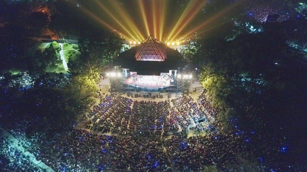 在演唱會上,你能夠直接看到喜歡的歌手就站在台上與你們互動,且加上了Live Ba