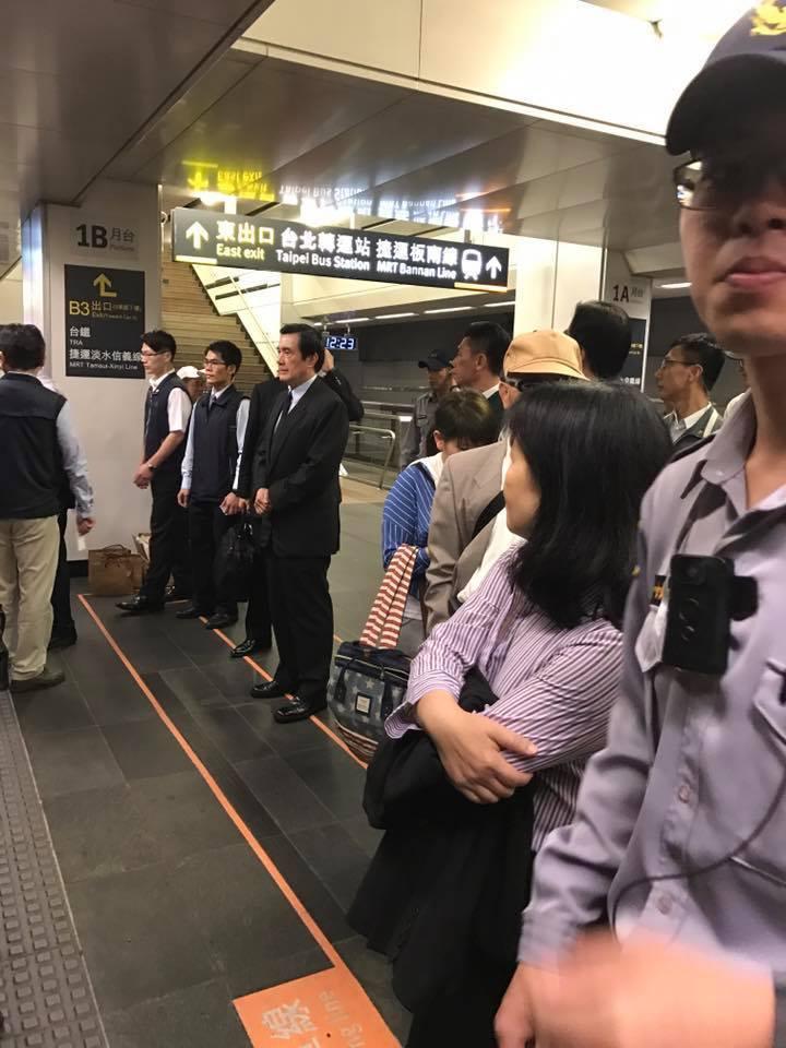 前總統馬英九排隊等高鐵。圖/網友吳欣提供