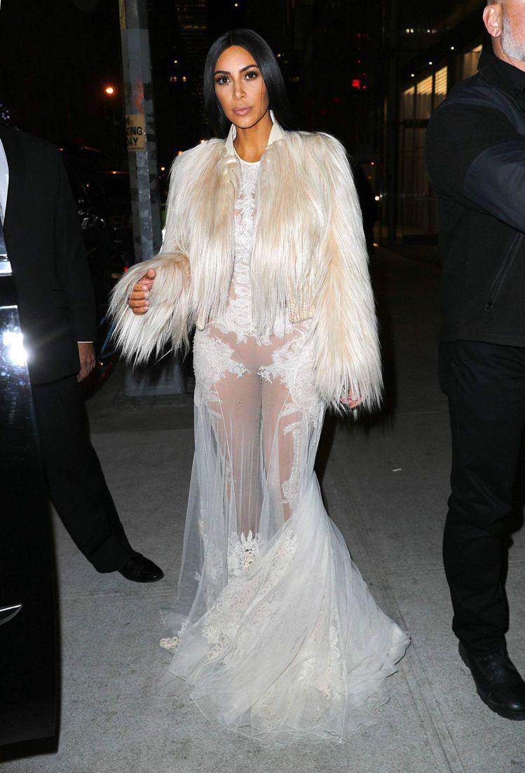 金卡達夏身穿奢華皮草與鏤空蕾絲的GIVENCHY 2010秋冬高級訂製服。圖/取...