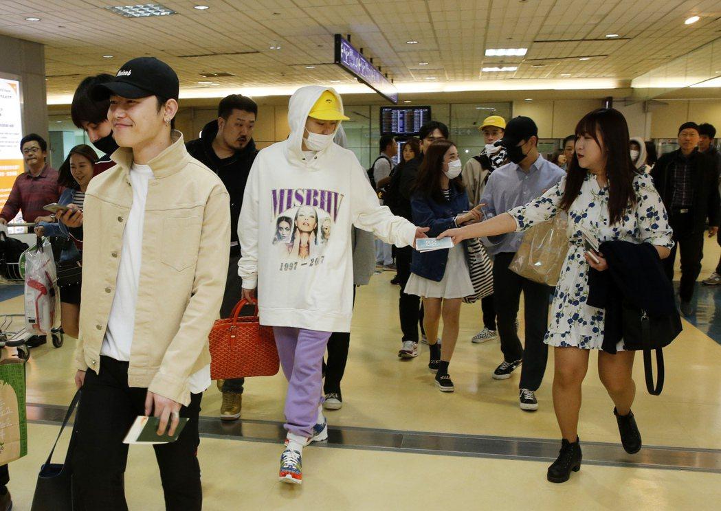韓國男團「Block B」抵達桃園機場,隨機的粉絲們趁著出關同行時送上小禮物。記...