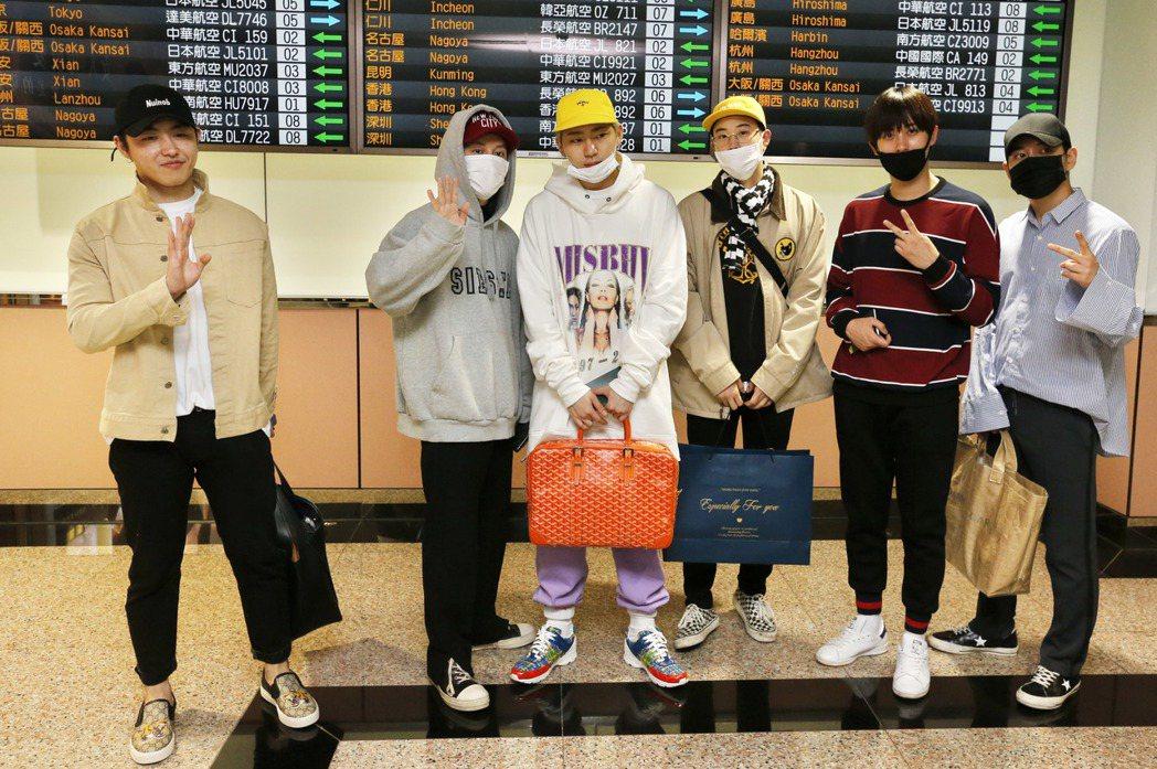 韓國男團「Block B」中午搭乘OZ-711班機抵達桃園機場。記者鄭超文/攝影