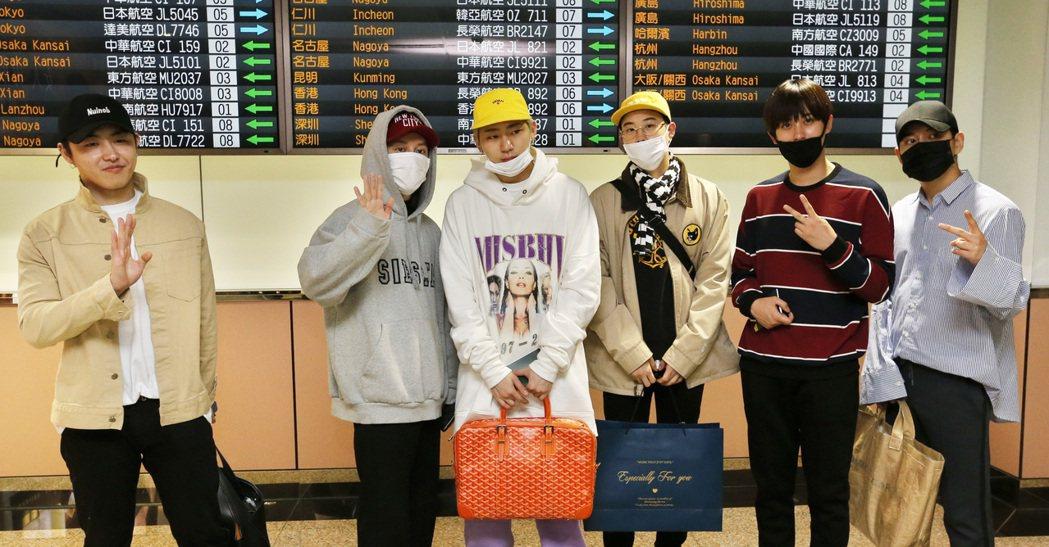 韓國男團「Block B」中午抵達桃園機場。記者鄭超文/攝影