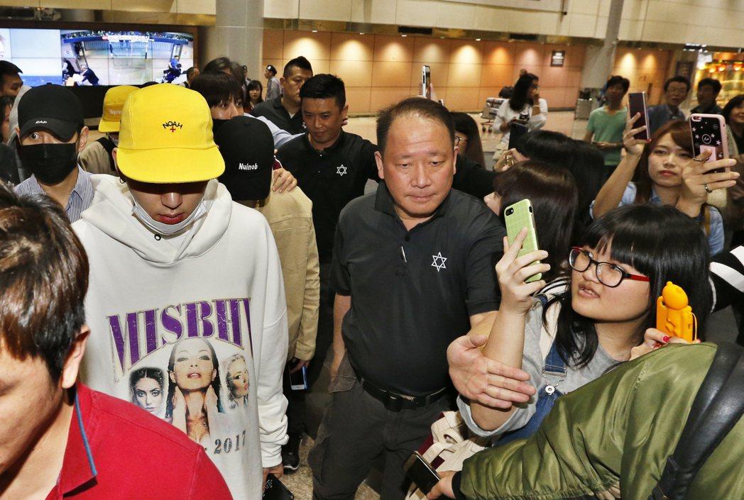 韓國男團「Block B」中午抵台,粉絲們衝上前搶拍心愛的偶像。記者鄭超文/攝影