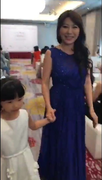 佩甄在臉書直播和女兒走秀。圖/摘自佩甄臉書
