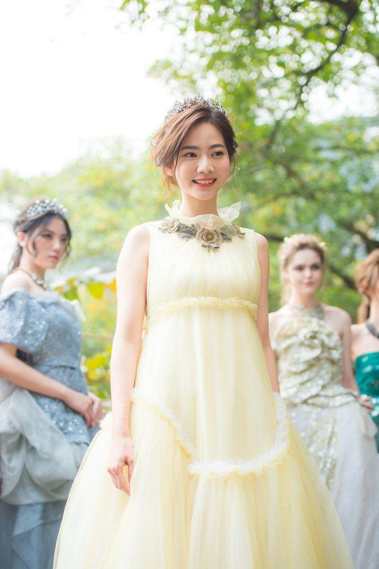 曾之喬穿溫慶珠設計的黃色禮服,裝扮「美女與野獸」的貝兒公主。圖/迪士尼提供