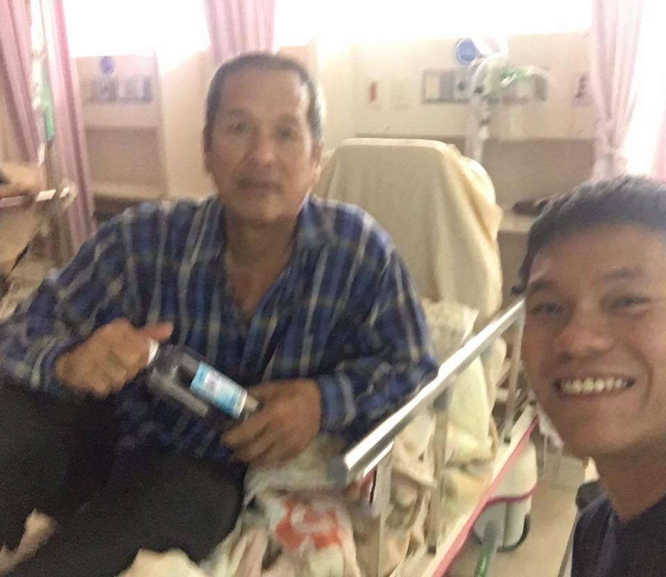 老爸無大礙,舒米恩(右)才笑得出來。圖/摘自舒米恩臉書