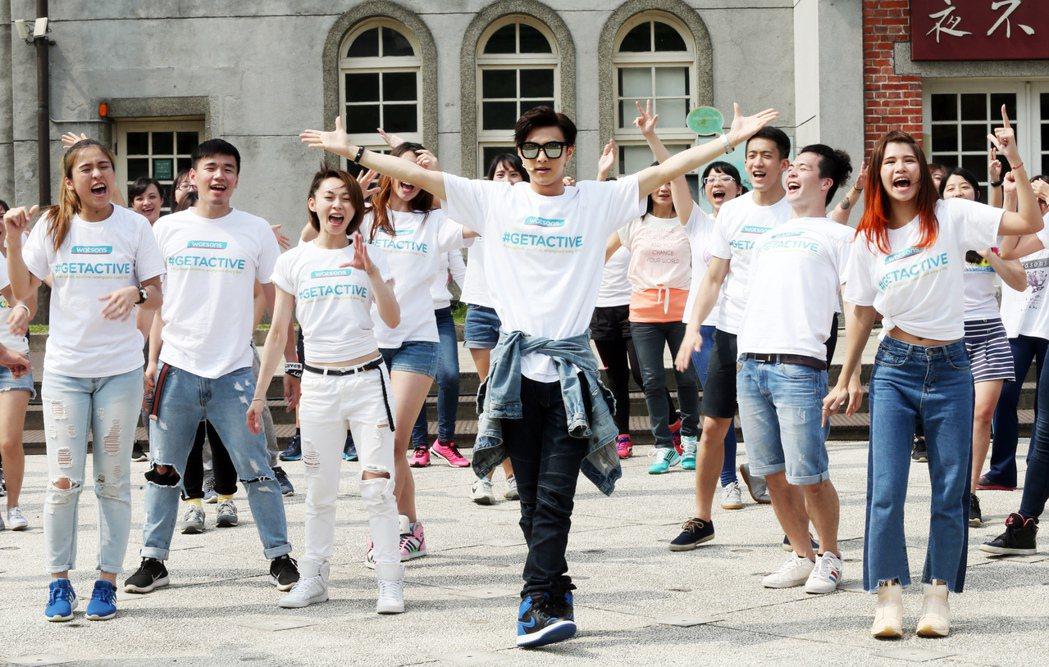 王子邱勝翊(中)與近百名舞者快閃演出。記者徐兆玄/攝影