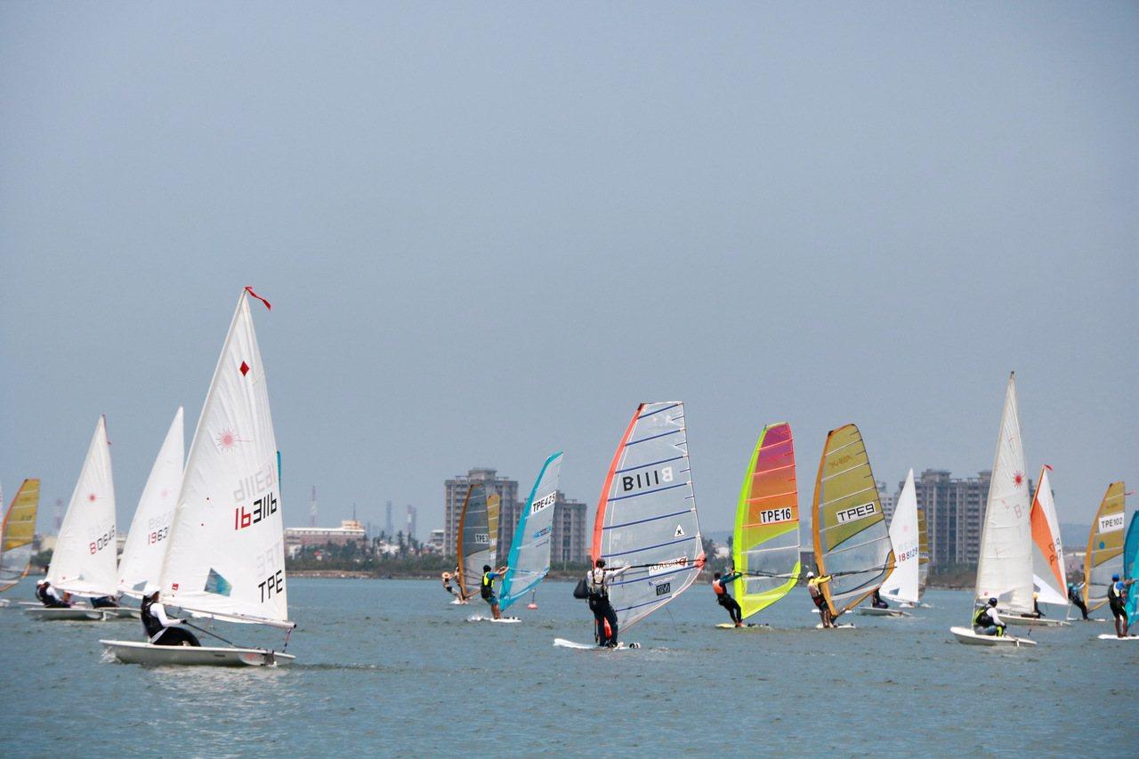 色彩繽紛的風帆船在海上乘風前進,美不勝收。記者潘欣中/攝影