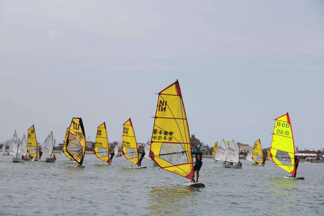 黃色的風浪板在海上散開,遠看有如花蝴蝶般美麗。記者潘欣中/攝影
