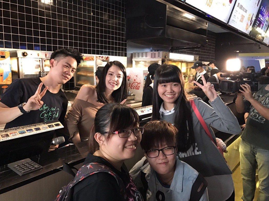 許瑋甯與李淳和幸運從兩人手上購得「目擊者」電影票的粉絲合照。圖/穀得提供