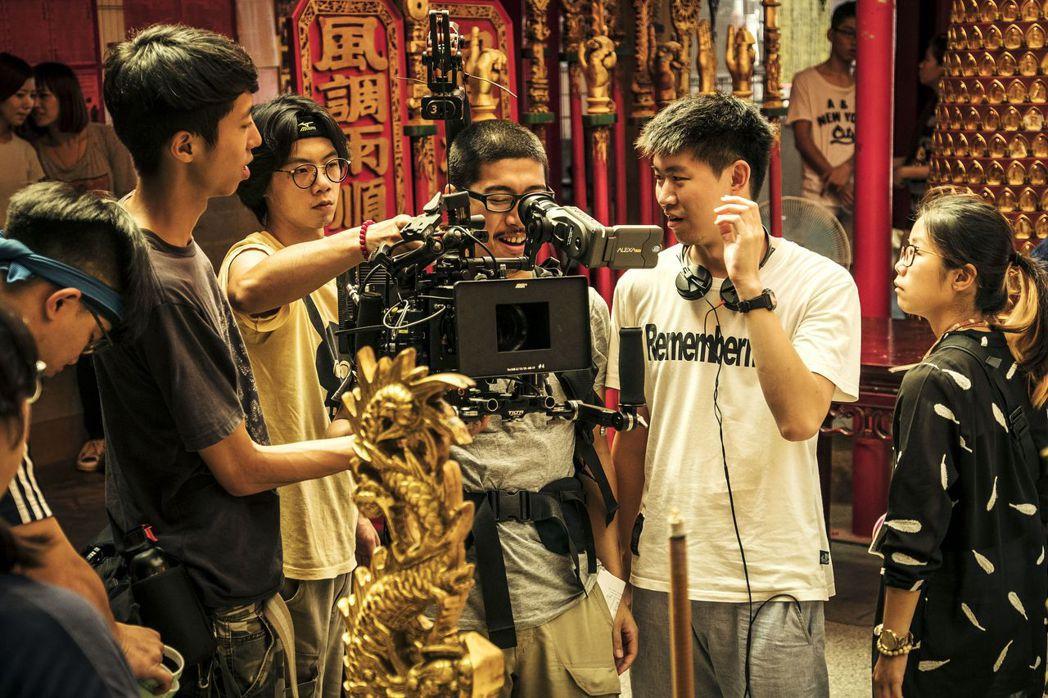 陳和榆(右二)曾被警告拍「通靈少女」恐引來「好兄弟」圍繞。圖/HBO提供
