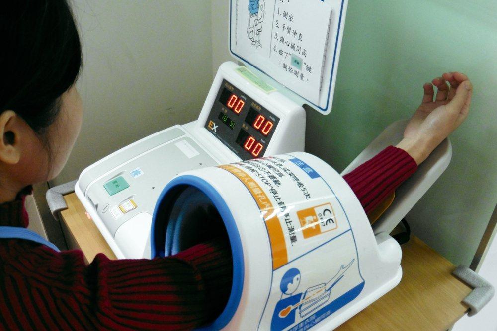 捐血前須先量血壓,收縮壓90-160毫米汞柱,舒張壓50-95毫米汞柱,如兩者距...