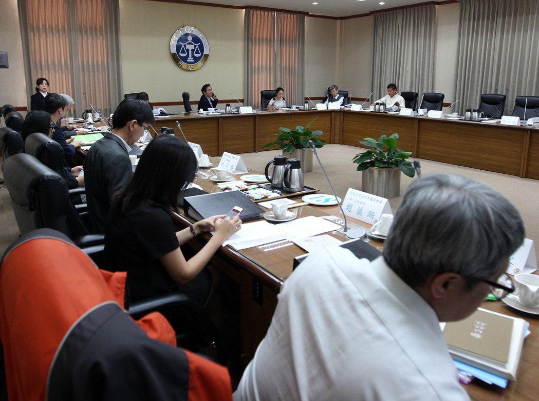司改國是會議第一分組第一次增開會議,8日於司法院會議室舉行,討論重點包含在行政院...