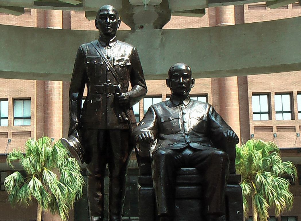 圖為中山大學校園的國父孫文坐像與蔣介石立像。 圖/報系資料照