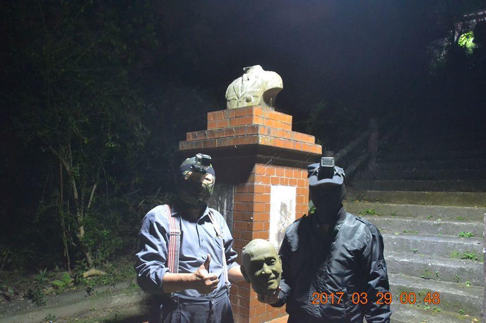 台灣建國工程隊3/29凌晨蒙面將內湖安康街聖明宮前的蔣介石雕像斬首。 圖/取自E...