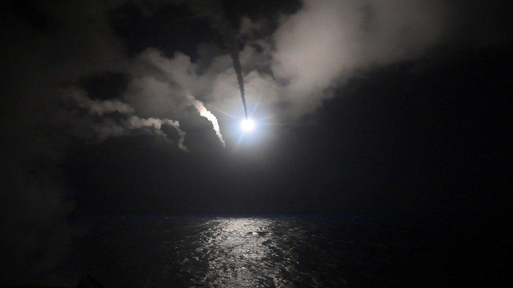 美海軍自地中海發射戰斧飛彈空襲敘利亞,俄國和伊朗譴責違反國際法。 (美聯社)