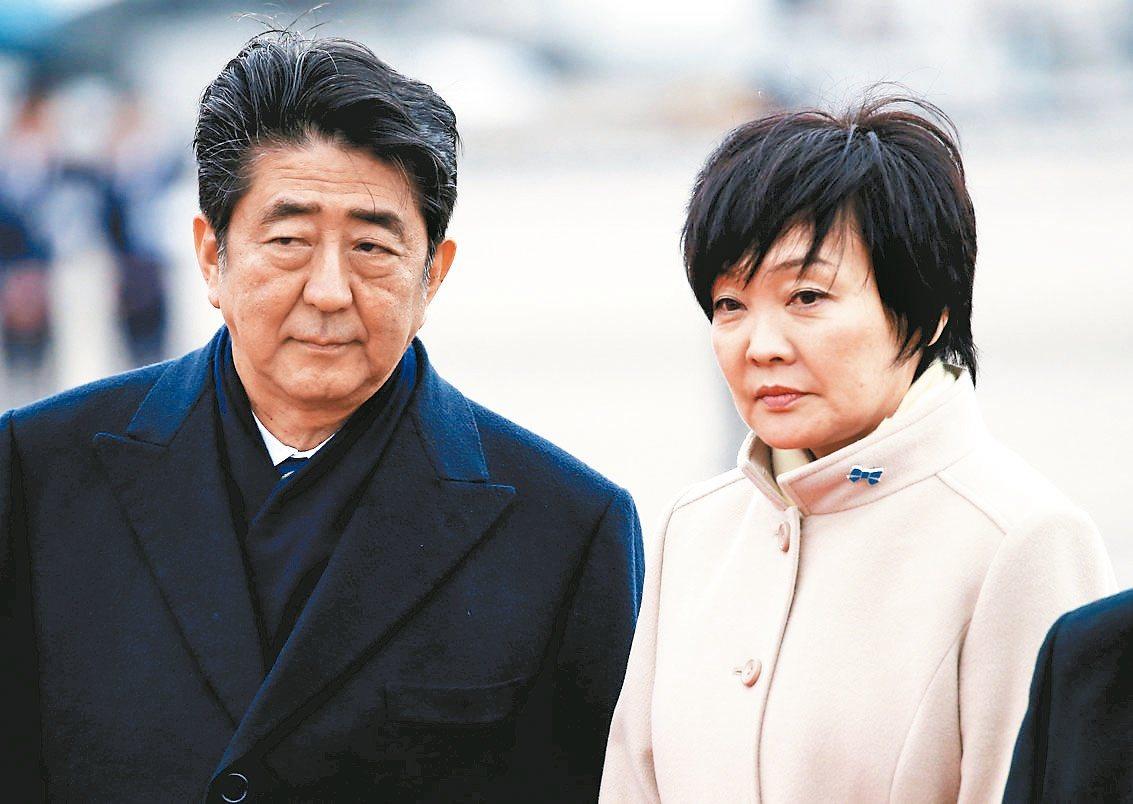 為儘快擺脫森友學園「低價購地」醜聞,安倍晉三(左)要求夫人安倍昭惠(右)減少在公...