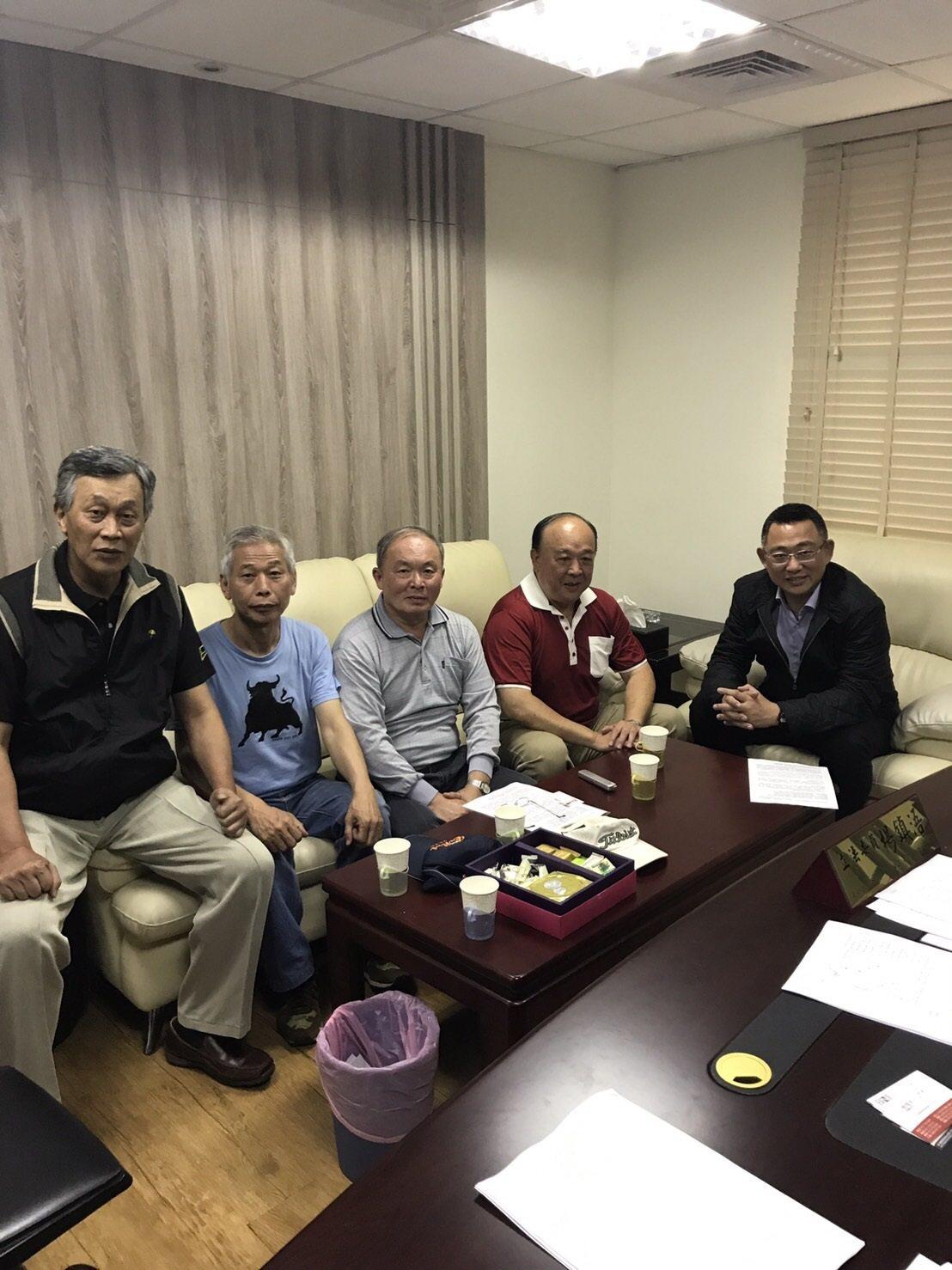 「八百壯士」活動團體代表吳斯懷(右二)等人拜會藍委楊鎮浯(右一)尋求支持。圖/讀...