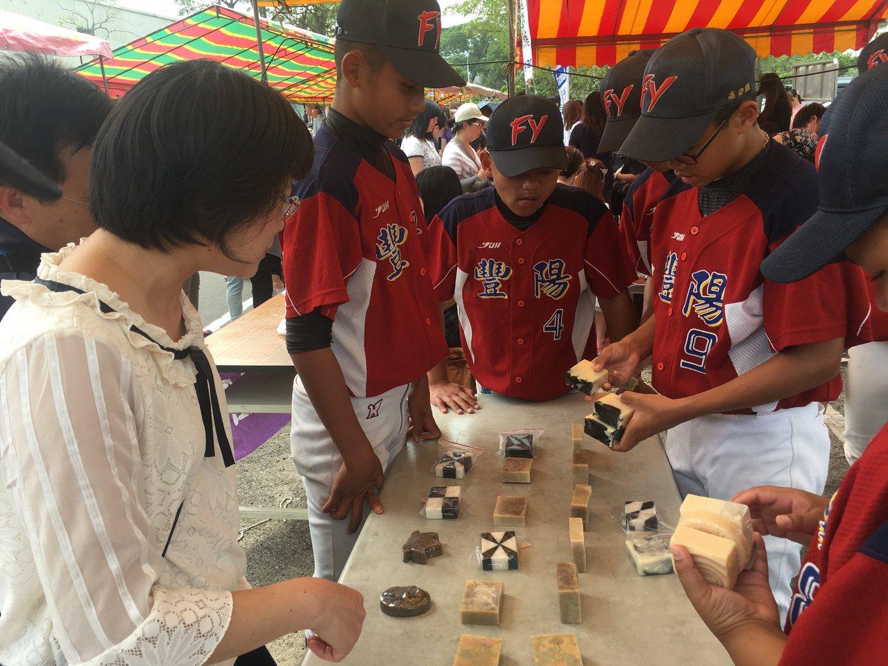 台中市豐陽國中棒球隊自籌經費,在集賣手工皂,不少人捧場。記者陳秋雲/攝影