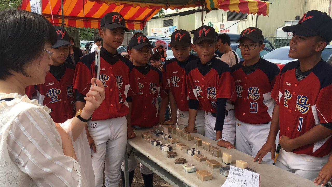 台中市豐陽國中棒球隊自籌經費,在集賣手工皂。記者陳秋雲/攝影