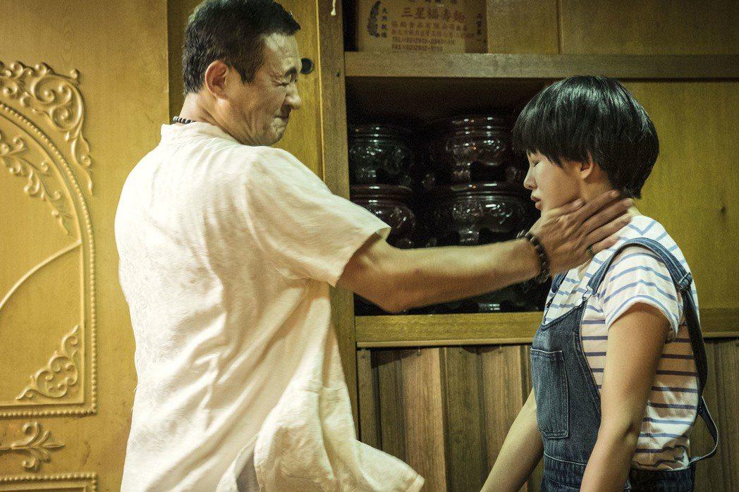 陳慕義(左)在「通靈少女」中狂甩郭書瑤巴掌。圖/HBO Asia提供