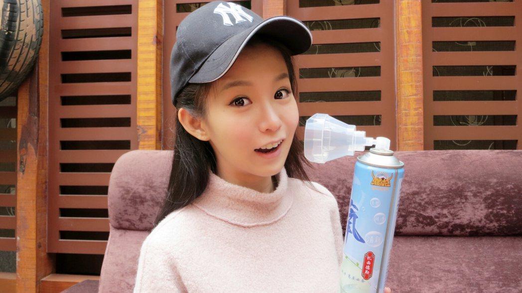 郭書瑤隨身攜帶氧氣瓶。圖/京騰娛樂提供