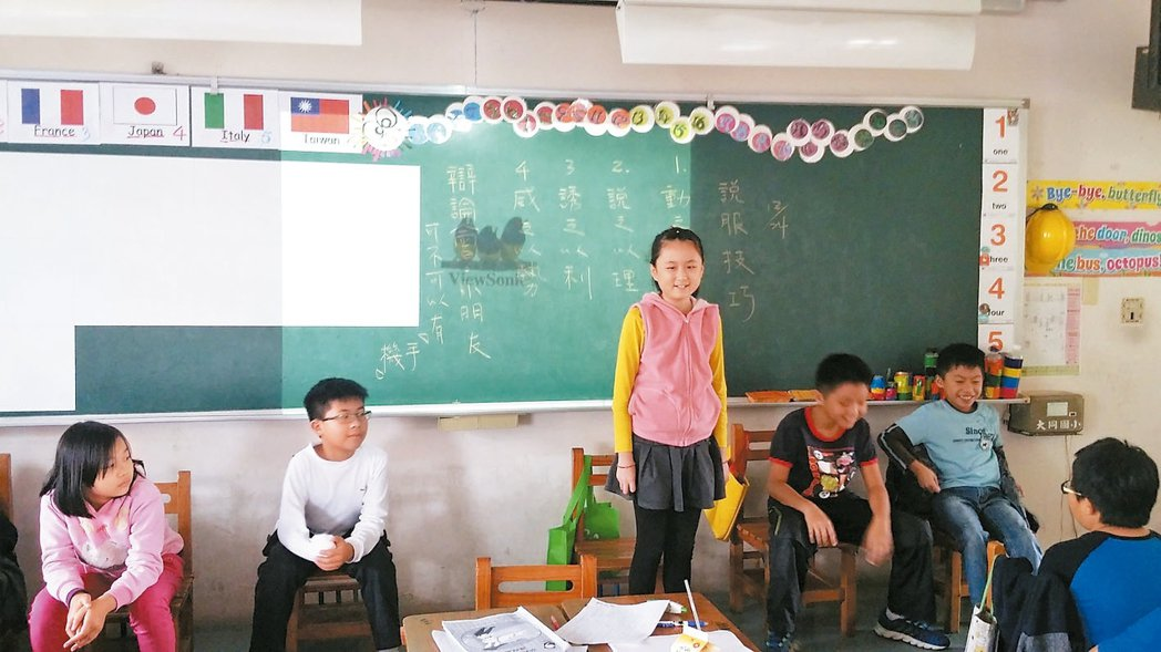 辯論會討論「小朋友可不可帶手機?」,引起同學熱議。 圖/聯合報寫作教室提供