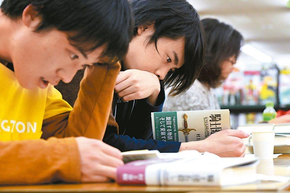 村上春樹新作2月底發行時,粉絲漏夜排隊搶購、先睹為快。 圖/取自朝日新聞網站