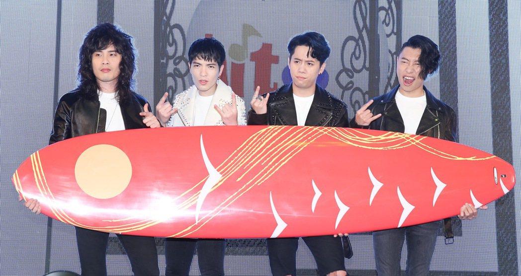 蕭敬騰(左二)率獅子合唱團出席hito流行音樂獎頒獎典禮啟動記者會。記者余承翰/...