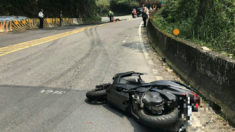 曹姓騎士4月9日因過彎失控打滑,遭對向轎車撞斃。 新店警分局/提供